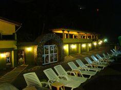 Area de terraza y bronceado frente a la playa de Hotel Estero y Mar