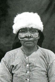 Retrato de mujer yámana. Punta Remolino, costa norte del Canal Beagle, Tierra del Fuego. Fotografía de Martín Gusinde. 1919- 1922.