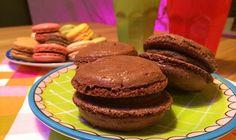 Maak ze nu zelf! Macarons zijn kleine ronde luchtige koekjes die aan elkaar geplakt zijn met een zachte vulling en komen oorspronkelijk uit Frankrijk. In 1862 richtte Louis-Ernest Ladurée een patisserie op in de Rue Royale 16 in Parijs. Zijn kleinzoon Pierre Desfontaines introduceerde macarons in 19