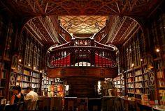 Este es el interior de una tienda de libros en Portugal, que es muy extravagante y grande. Hay muchos libros en este edificio.