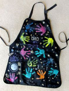Handprint Father's Day Grill Apron…modify for auction project. I know a Pa… Handprint Father's Day Grill Apron…modify for auction project. Diy Gifts For Dad, Diy Father's Day Gifts, Great Father's Day Gifts, Father's Day Diy, Easy Gifts, Gifts For Father, Craft Gifts, Unique Gifts, Kids Crafts