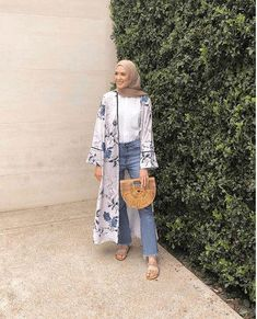 30 Stylish Ways to Wear Hijab with Jeans for Chic look style hijab outer 40 Stylish Ways to Wear Hijab with Jeans for Chic look style hijab outfit Modern Hijab Fashion, Street Hijab Fashion, Hijab Fashion Inspiration, Muslim Fashion, Modest Fashion, Fashion Outfits, Hijab Fashion Summer, Women's Fashion, Fashion Trends