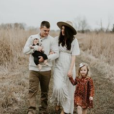 """Tracie on Instagram: """"We did it 🙌🏼 we finally got our family photos done and it all went pretty well, Reid was tired, Tens wasn't listening towards the end , Doug…"""" Family Photo Sessions, Family Posing, Family Portraits, Fall Family Pictures, Family Pics, Holiday Mini Session, Family Picture Outfits, How To Pose, Family Photographer"""