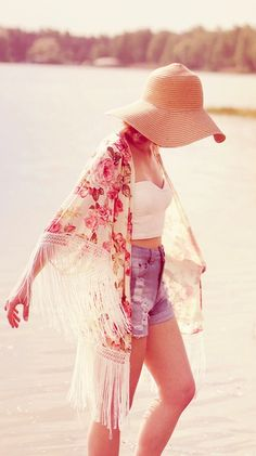 THAT OUTFIT! :-O Pretty kimono, high rise shorts, crop top and floppy hat!