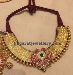 Traditional gold addigai with peacock kemp stones pendant Gold Jewellery Design, Gold Jewelry, Royal Jewelry, Statement Jewelry, India Jewelry, Temple Jewellery, Latest Jewellery, Jewelry Patterns, Necklace Designs