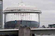 Wat een mega schip is de harmony of the seas zeg, bij de @CruisePortRTM @CruiseReiziger @halcruises @PortOfRotterdam @De_Havenmeester maar het gisteren ook wel een vervroegde wereld haven dagen, duizenden mensen, zijn af gekomen op dat mega cruise...