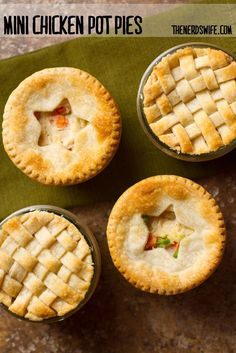 Mini chicken pot pies baked in wide-mouthed Mason jars are the perfect dinner on a cold winter night. Mason Jar Meals, Meals In A Jar, Mason Jars, Mini Pie Recipes, Cooking Recipes, Jar Recipes, Boite A Lunch, Mini Pies, Quiches