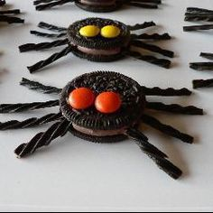 Chocolate Spiders for Halloween or a Harry Potter Party Menu Halloween, Easy Halloween, Healthy Halloween, Holiday Candy, Holiday Fun, Chocolate Spiders, Number Birthday Cakes, Spiderman Theme, Construction Theme Party