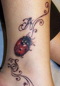 Tatuaggio coccinella sulla caviglia immagine