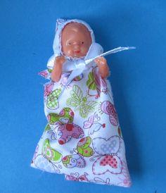 Baby Puppe im Schlafsack 6 cm für die Puppenstube Miniaturen | SW11406 / EAN:4001352114069
