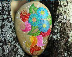 Galet peint à la main - Fleurs colorées / Hand painted pebble - Colorful flowers - Modifier une fiche produit - Etsy