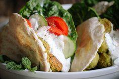 Falafel mit knackfrischem Salat und Joghurt-Minz-Dressing
