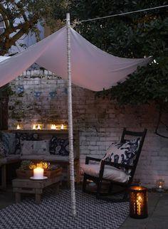 Créez un coin cosy avec un ciel de lit et des lanternes