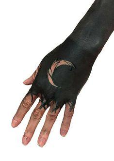 awesome blackout tattoo ideas © tattoo artist Veia Trad House 💕💕💕💕 Hand Tats, Hand Tattoos For Guys, Finger Tattoos, Body Art Tattoos, Cool Tattoos, Tatoos, Solid Black Tattoo, Black Tattoos, Guardian Angel Tattoo