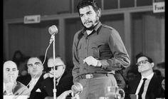 Che Guevara enquanto ministro da Economia de Cuba, durante um discurso numa conferência. Entre 1960 e 1965, o revolucionário andou pelo mundo em representação de Cuba. [Getty Images]