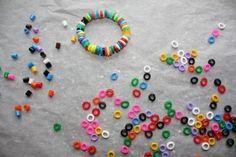 Billigere perler til børnenes smykkeværksted. Bag HAMA perler i ovnen på 200 grader i 2 min. Perlerne smelter nu ind til runde, lidt fladere, perler.