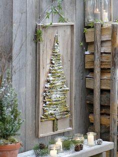 Al het hout gehakt voor een warme kerst? Maak van de resttakjes zo'n leuke wand decoratie. Gewoon van groot naar klein vastspijkeren op een plankje en hopen dat het een beetje gaat sneeuwen! Bron: Home and Garden