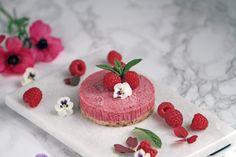 Den her Hindbær RAW kage smager af sommer, sol og hindbær. Den lækre bund af nødder og kokos mel giver en god balance til de søde og friske hindbær