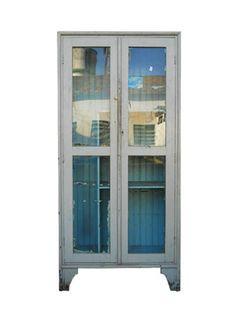 CRISTALEIRA BLUE DREAMS - Cristaleira de madeira azul com portas de vidro. Usada apoio conferência na tecelagem. Alt. 171 cm, Larg. 81 cm, Prof. 32 cm