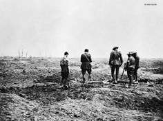 4 September 1916 – Battle of the Somme – A Chaplain conducts a burial service near trenches close to Guillemont – IWM World War One, First World, Bonus Army, Battle Of The Somme, Masonic Temple, Bad Picture, July 28, World History, Sands