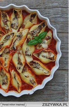 MAKARONOWE MUSZLE Z PIECZARKAMI W POMIDOROWYM SOSIE. Składniki (na 4 porcje): - 20 dużych muszli makaronowych nadzienie: - 2 szalotki - 50 g wędzonej szynki - 250 g pieczarek - 250 g fety - 3 łyżki natki pietruszki - 2-3 łyżki masła sos pomidorowy: - 2 puszki pomidorów krojonych - 2 łyżki oliwy - 2 ząbki czosnku, drobno pokrojone - 1 łyżeczka oregano - 1 łyżeczka bazylii - 1 łyżeczka soli - 1/2 łyżeczki cukru - odrobina pieprzu - ewentualnie tarty parmezan (u mnie ser grana padano) do… Good Food, Yummy Food, Best Food Ever, Relleno, I Foods, Food Inspiration, Food To Make, Food Porn, Food And Drink