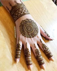 As the time evolved mehndi designs also evolved. Now, women can never think of any occasion without mehndi. Let's check some Karva Chauth mehndi designs. Easy Mehndi Designs, Henna Hand Designs, Dulhan Mehndi Designs, Bridal Mehndi Designs, Round Mehndi Design, Mehndi Designs Finger, Mehndi Designs For Beginners, Mehndi Designs For Girls, Mehndi Designs For Fingers