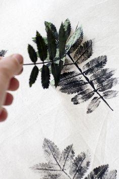 ALQUIMIA BLOG nos enseña este fantástico tutorial para hacer nuestros propios cojines con hojas estampadas. - #decoracion #homedecor #muebles