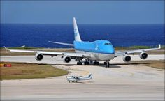 AMAZING AIRPLANE SIZE COMPARISON - BOEING 747 WAITING FOR TINY PIPER CUB TO TAKEOFF!