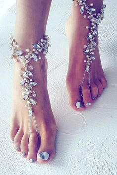 Hochzeit am Strand? Da dürfen die Brautschuhe ausnahmsweise einmal fehlen We would like to inspire you with awesome beach wedding shoes. Take a look at this fabulous trend - barefoot sandals with lace, pearls and rhinestones. Beach Wedding Shoes, Beach Shoes, Bridal Shoes, Barefoot Wedding, Beach Wedding Bridesmaid Dresses, Beach Sandals, Barefoot Beach, Shoes Sandals, Beach Bridesmaid Dresses