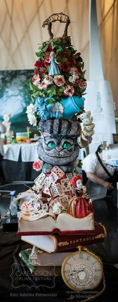 Fabulous details on this Alice and Wonderland cake!