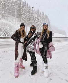 Posted by ROSA CRESPO: Let's go to Austria, we said. Let's skip Basel and stay Low-key, we said. Next thing you know we are the Kardashians of Tyrol ‍ ️ - IGSeek Snow Fashion, Fur Fashion, Winter Wear, Autumn Winter Fashion, Apres Ski Outfits, Winter Festival, Moon Boots, Winter Photos, Pret A Porter Feminin