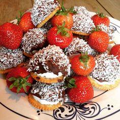 Oppskrift på kokosboller finner du på bloggen i dag.  #fruhaaland #sjokolade #bakemag #godtno