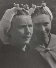 Twee vrouwen in Scheveningse streekdracht. 1935-1945 #ZuidHolland #Scheveningen