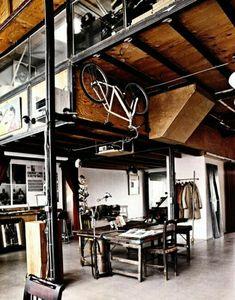 vélo décoratif pour le mur, plafond haut en bois, intérieur moderne, maison vaste