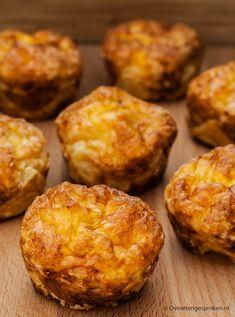 Mini quiche Lorraine - Een Franse klassieker met krokante korst en een vulling van spek, ham, kaas en eieren. Simpele ingrediënten, maar o zo lekker.