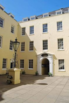 Courtyard in the sun at Apothecaries' Hall