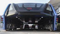 El autobús solar chino que circula por encima de los coches