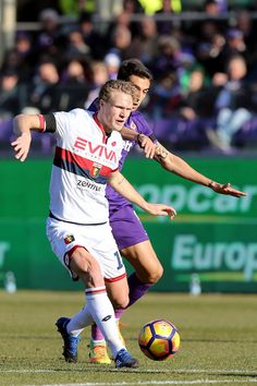 Matias Vecino of ACF Fiorentina battles for the ball with Oscar Hiljemark of Genoa CFC during the Serie A match between ACF Fiorentina and Genoa CFC at Stadio Artemio Franchi on January 29, 2017 in Florence, Italy.