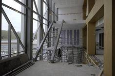 December 2015   Achter de glazen gevel vordert het trappenhuis