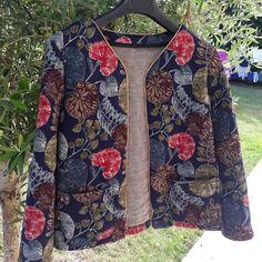 Veste sublime cousue dans le matelassé asarum en vente chez 36 bobines Military Jacket, Sewing, Instagram, Jackets, Fashion, Sewing Lessons, Boss, Fall, Jacket