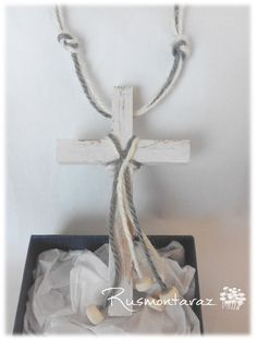 Cruces de comunión en madera blanca, cuerda en crudo y en gris de rusmontaraz.com