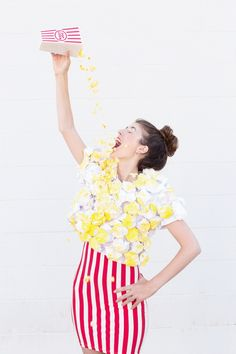 Make a DIY popcorn costume for Halloween this year with just paper, paint and glue! Food Costumes, Candy Costumes, Carnival Costumes, Diy Costumes, Costume Popcorn, Funniest Costumes, Costume Ideas, Candy Corn Costume, Teacher Halloween Costumes