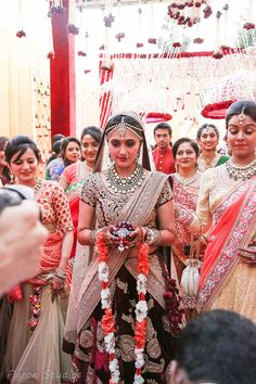 A Gujarati Bollywood wedding, with celebrity singers, gondolas, light shows and more! Traditional Indian Wedding, Big Fat Indian Wedding, Indian Wedding Outfits, Wedding Attire, Indian Outfits, Indian Weddings, Bridal Outfits, Bollywood Wedding, Desi Wedding