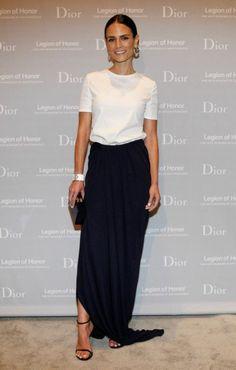 jupe longue noire avec blouse blanche et sandales noires