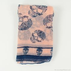 """Foulard saumon femme DDP - Dégriff'Stock  La pièce qui n'est jamais de trop dans le dressing d'une femme, une couleur en plus signifie une tenue de plus dans sa garde-robe. Ne cherchez plus, c'est SON cadeau ! Laissez ressortir le côté """"biker"""" qui sommeille en elle ! À dominante rose, des têtes de mort bleu marine sont parsemées de part et d'autre du foulard. Très léger à porter avec son petit blouson de cuir par exemple !"""