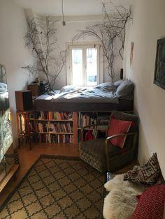 Cooles WG-Zimmer mit Hochbett und Bücherregalen. #WGZimmer #Schlafzimmer #Einrichtung #Einrichtungsidee #Bett #Hochbett #Bücherregal #Teppich #bedroom #room #interior #homeinterior #interiordesign #homedecor #bookshelf #bed #diyfurniture #diymöbel