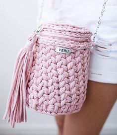 Straw and crochet woven bags and clutches are the latest fashion trends this season. The neutral colors are the main trend of the bohemian straw and crochet Crochet Backpack, Bag Crochet, Crochet Handbags, Love Crochet, Unique Crochet, Crochet T Shirts, Crochet Clothes, Yarn Bag, Recycled Yarn