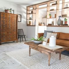 Joanna Gaines debuted an interesting small space solution during season 5 of Fixer Upper: the pony wall. Divisive both literally and figuratively, we're totally intrigued by their refreshing look and use of space. Living Room Divider, Living Room Shelves, Room Divider Shelves, Fixer Upper Living Room, Wall Shelving Units, Shelving Ideas, Open Shelves, Pony Wall, Sunken Living Room