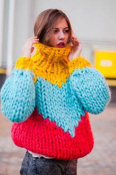 Bunt, bunter, dieser Pulli. Strick muss nicht immer in Naturtönen in Erscheinung treten. Er kann auch richtig poppig, laut und schrill sein, wie dieses knallige Exemplar von einem XXL-Rollkragenpullover beweist. bunt / gelb / blau / rot / Pulli / Pullover / Rollkragen / winter fashion / Strick / knit | Stylefeed