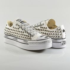 watch 9488c 5c76f Compra online  scarpe Converse All Star con borchie e teschi sul nuovo shop  online di